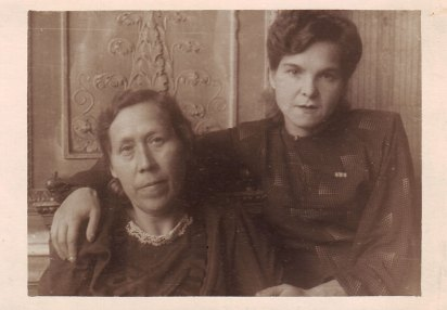 Акулина Шелепова и сестра соседки по коммуналке Валерия Полонская у окна в бывшем зале владельческой квартиры. 1947 год. Из личного архива жительницы квартиры № 5 Любови Люкшиной
