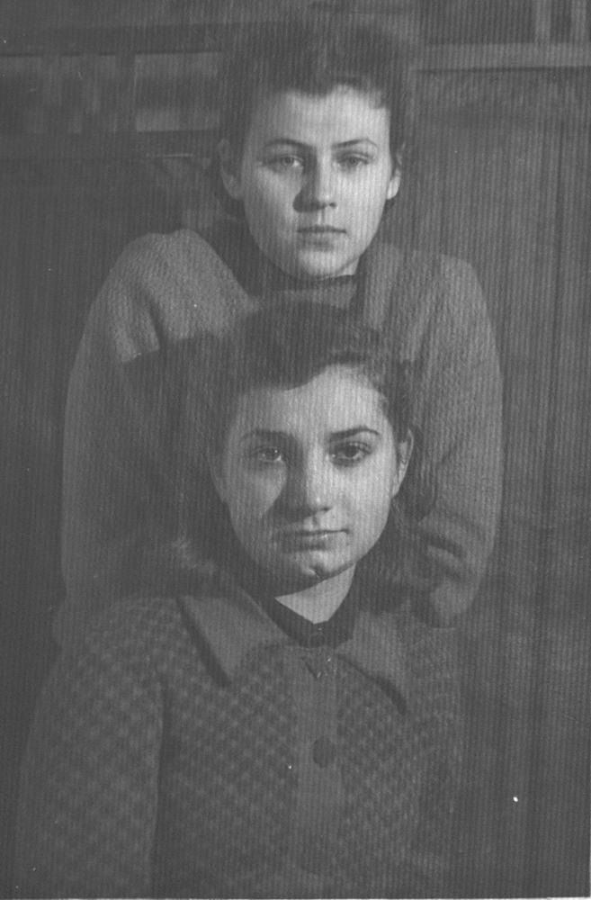 Тамара Ивановна Кузнецова (в замужестве Аборкина) вместе с соседкой Верой Епишиной в квартире № 50. 1940-е годы