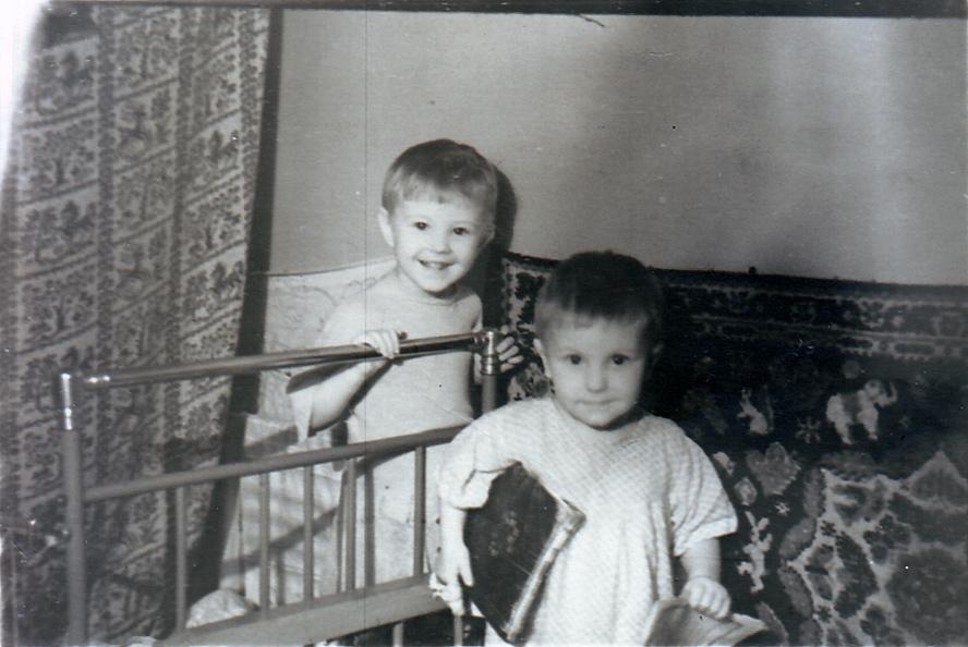Сестры Елена и Ольга Костылевы в квартире № 53а. Около 1957 года