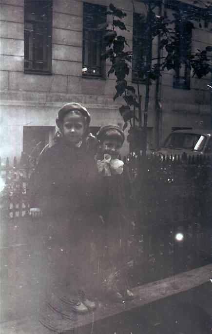 Сестры Елена и Ольга Костылевы во дворе дома 10. 1959 год