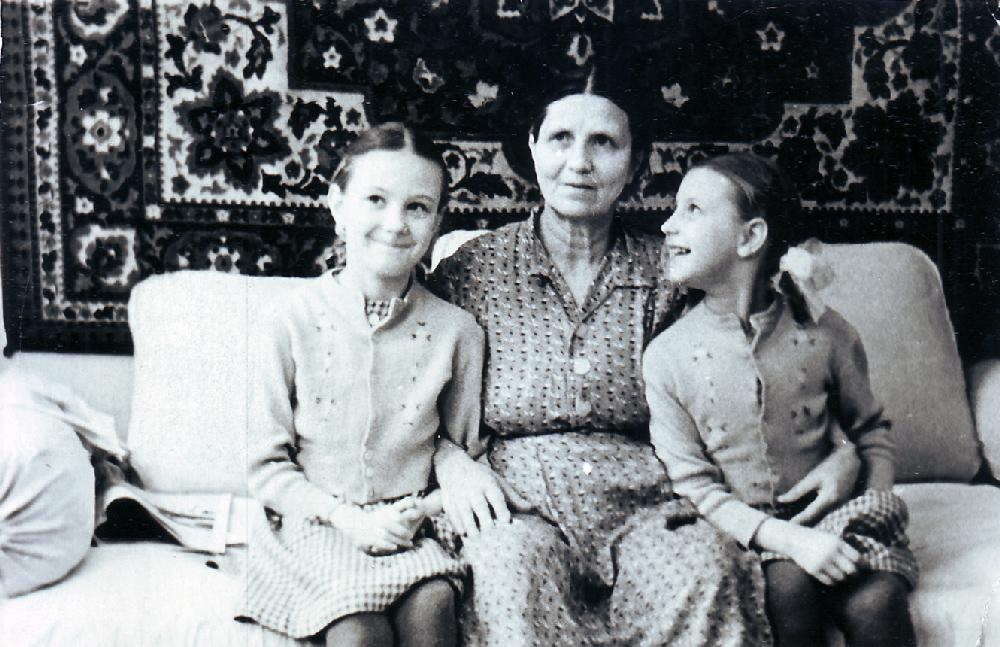 Мария Петровна Жеребцова с внучками Еленой и Ольгой в своей квартире № 49. 1962 год.