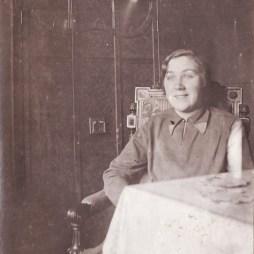 Евгения Сергеевна Суходрева на Покровке. 1930 год