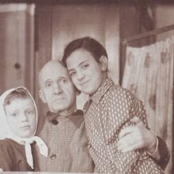Ефим Гордон с внучками Марией и Маргаритой (дочь Соломона Гордона) в своей комнате в квартире № 12. Начало 1950-х. Из личного архива М.Б. Друговой