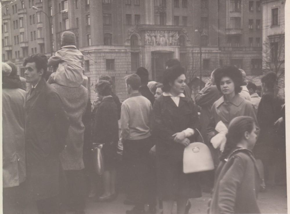 Владимир Андреевич Исаев (стоит слева), справа его жена Людмила Николаевна Исаева. Начало 1960-х годов.
