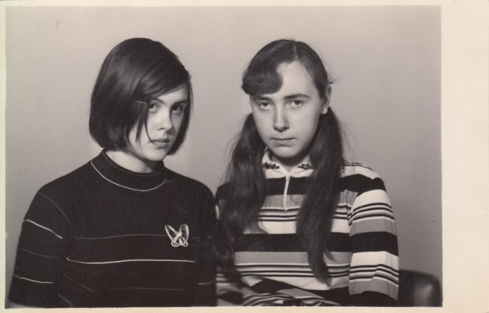 Елена Исаева (слева) с подругой детства и соседкой по квартире № 5 Любовью Анатольевной Бочковой. Девочкам на фотографии 14 лет. 1973 год