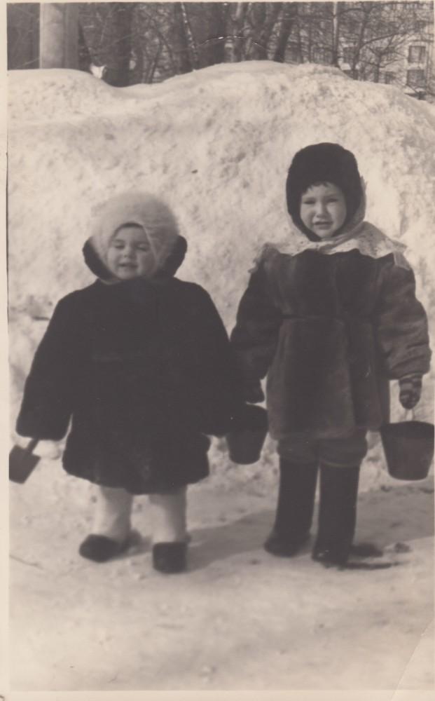 Елена Исаева (слева) с подругой детства и соседкой по квартире № 5 Любовью Анатольевной Бочковой. Конец 1950-х годов