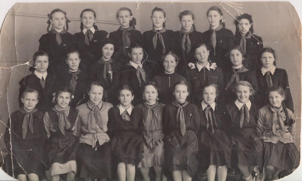 Ученицы 8-го «Г» школы № 136. Тамара Абрамова в первом ряду вторая слева. 1946 год