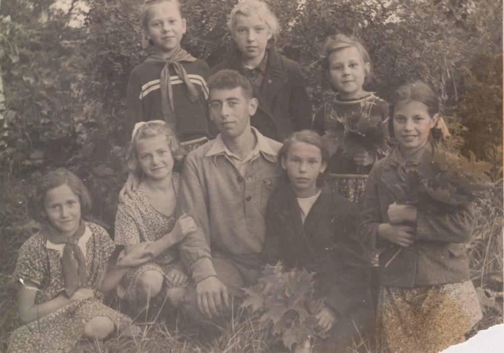 Тамара Абрамова (справа) в летнем лагере «Дукат» в Крюково, для детей работников фабрики. 1950 год
