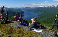 hiking-group-mountain-hamsuns-rike-norway-1400x787