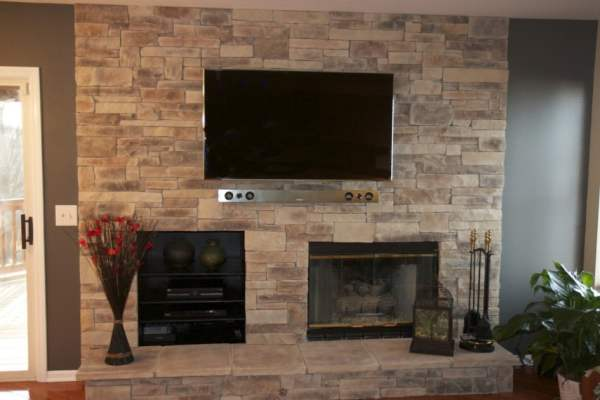 Charming-Living-Room-Design-with-Rustic-Stone-Wall-Fireplace-Contemporary-Wall-Mounted-TV-Ideas-945x630