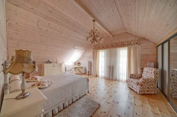 Beautiful-Cozy-Wooden-Country-House-Bedroom-Interior-Design-570x379