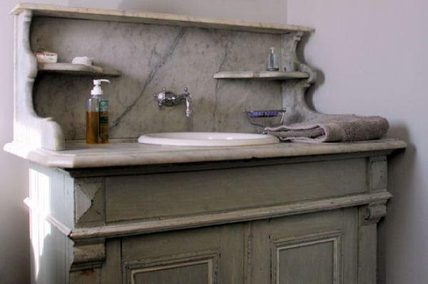 296155-vieux-meuble-de-salle-de-bains