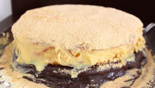 Bolo com brigadeiro e farofa de biscoito Maria
