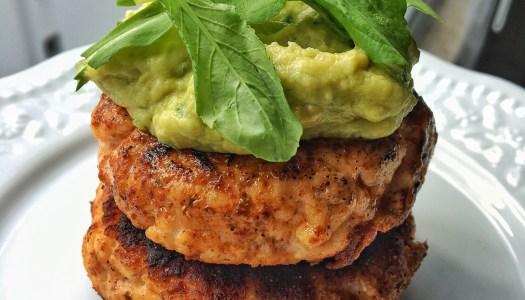 (Português do Brasil) Hambúrguer de salmão com maionese de abacate Low Carb