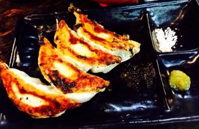 大阪駅前ビルのラーメン屋 神虎の餃子を柚子胡椒でどうぞ