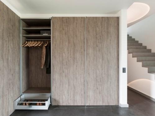 Vestiaire inbouwkast op maat met hout afwerking en aluminium