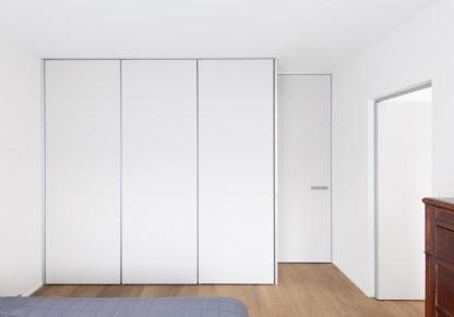 witte dressingkasten in een moderne slaapkamer