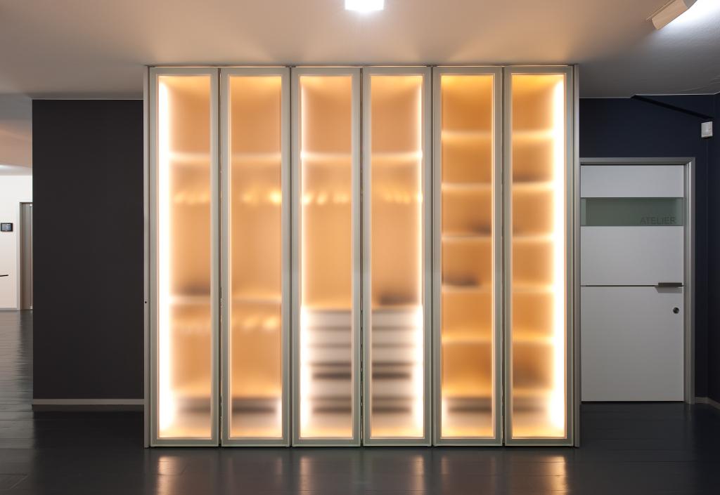 Kast Voor Glazen : Dressing kasten op maat met glazen deuren in de toonzaal te