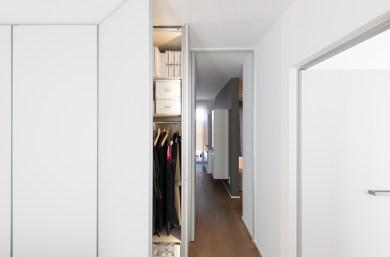 Dressingkast met deur badkamer er tegen geplaatst