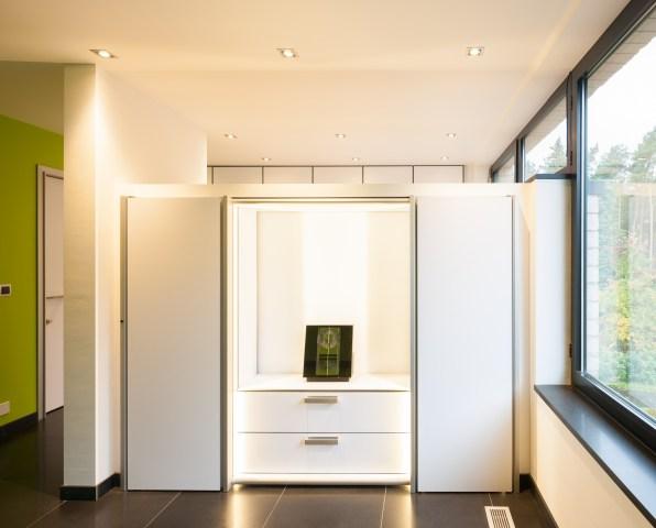 Moderne inbouwkast in een slaapkamer met tv-meubel