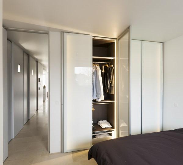 Moderne dressingkasten op maat met glazen kastdeuren.