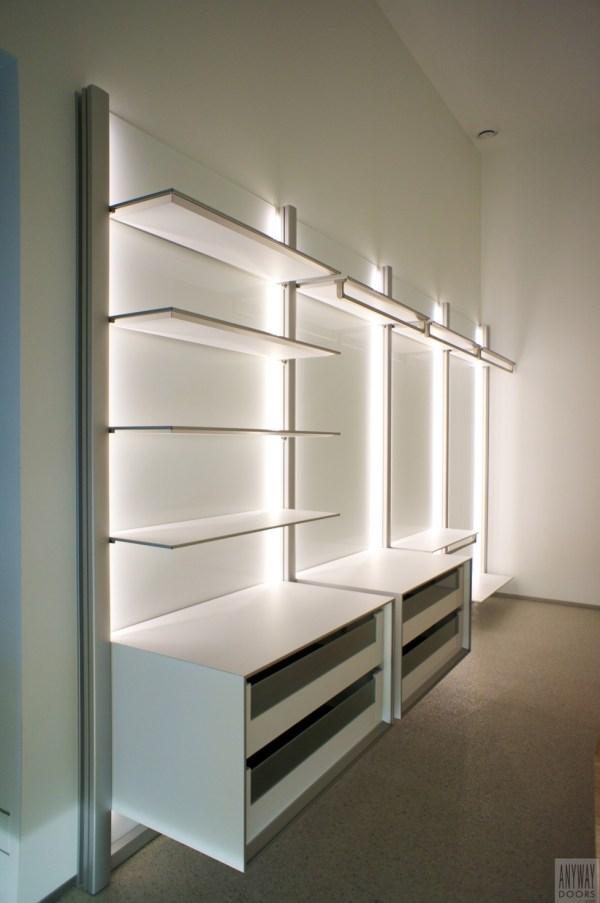 Slaapkamer met modulaire inloopkast en led verlichting