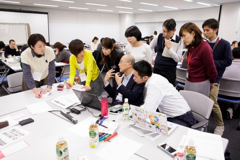 同期のメンバーと一緒に問題解決の検討をするちぇぶらの永田さん・左から2人目