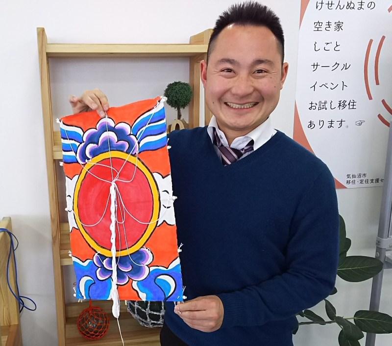 自身も東京からの移住組、成宮さんが手にしているのは、気仙沼の人々が大漁や豊作を願って揚げる「日の出凧」。