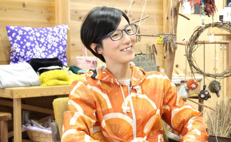 「NPO法人ゼロ・ウェイストアカデミー」事務局長・東輝実さん。くるくる工房内にて、名物の鯉のぼりのリメイク作品を羽織って。