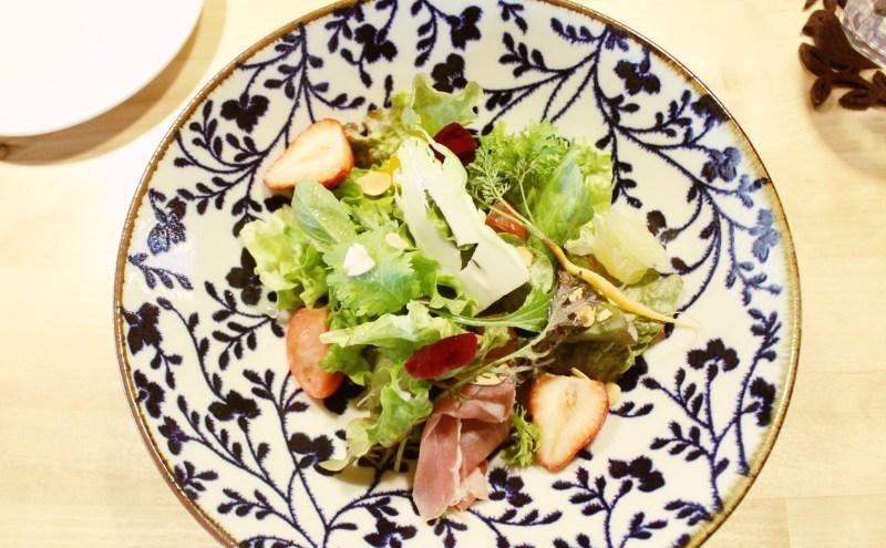 新鮮な上勝町の野菜と、季節のベリーに生ハムのサラダ! 本当にきれいで、美味しかったです