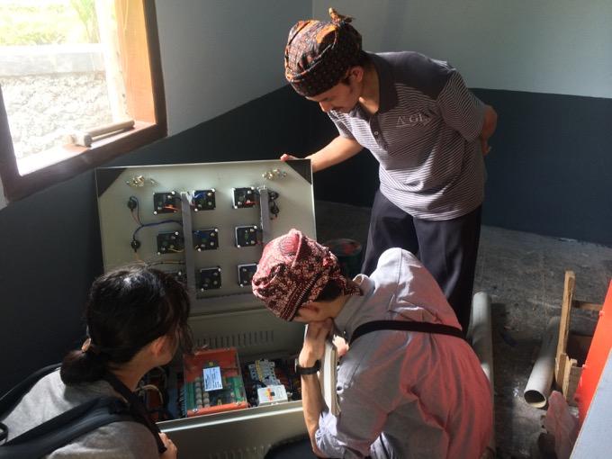 インドネシアの小規模の水力発電を運営するNGOで留職に取り組む二人の日本企業の社員