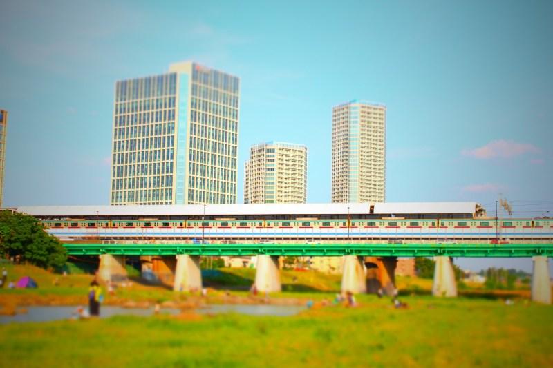 多摩川にかかる二子玉川駅。ホームには東急田園都市線の車両が見える。