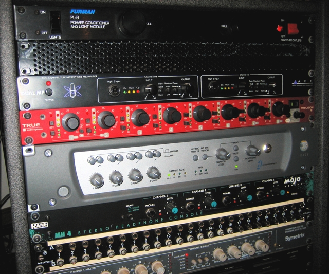 FIG. 2. A close look at the rack used for the Ten Finger Orchestra & Johnny Rabb session.