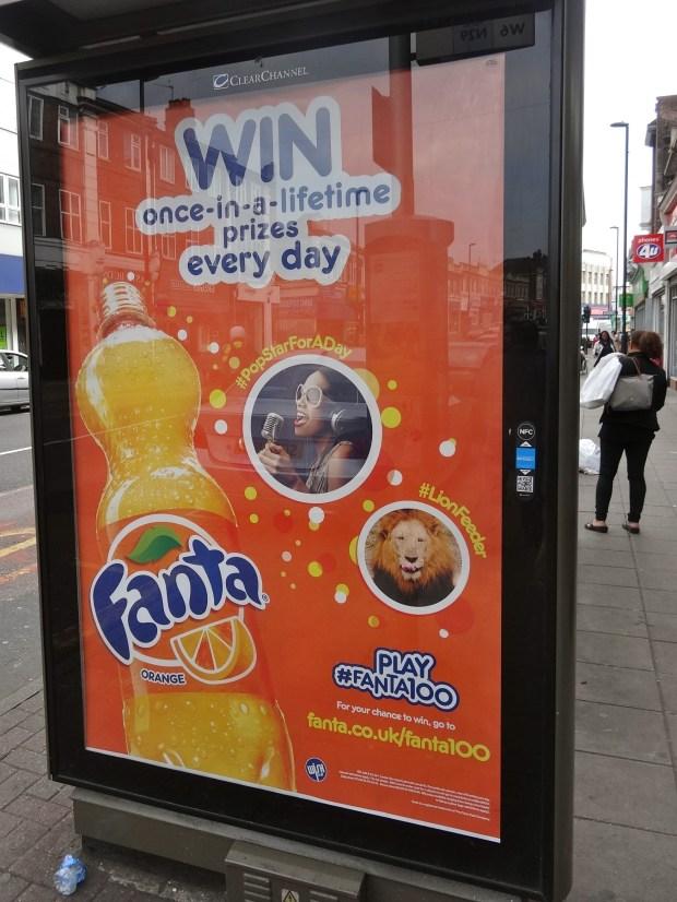 #Fanta100-kampania-play-fanta-coca-cola-przystanek-autobusowy-w-londynie-reklama-social-media