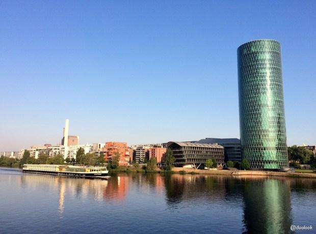rzeka-main-westhafen-tower-wiezowce-we-frakfurcie-podroze-niemcy-zwiedzanie-targi-imex-05