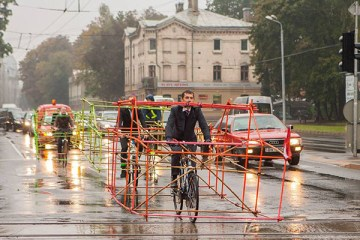cyclists-car-frame-latvia-riga-01
