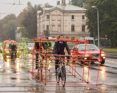 cyclists-car-frame-latvia-riga-01