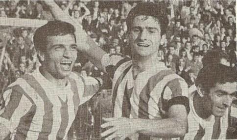 Ο Βασίλης Μποτίνος (δεξιά) πανηγυρίζει ένα γκολ με τον Νίκο Σιδέρη