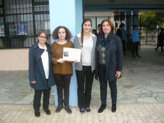 Η διευθύντρια κ. Βάσσια Παρασκευά, η καθηγήτρια κ. Ελένη Κόκκαλη και δύο από τις μαθήτριες του 1ου ΓΕΛ που συμμετείχαν στην έρευνα