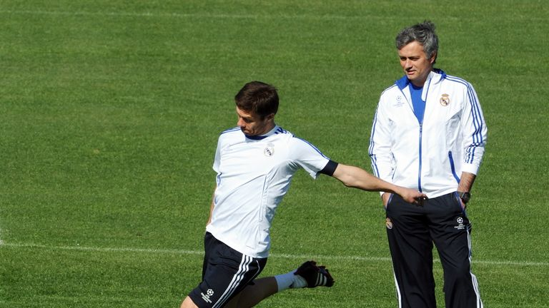 Mourinho observes Alonso in a Real Madrid training session