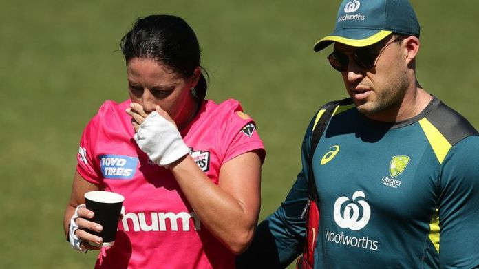 Marizanne Kapp walks from the field after retiring hurt against Perth Scorchers