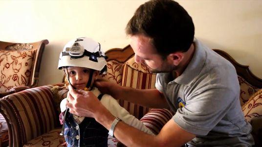 シリアの白ヘルメット救助者と彼の息子