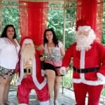 Bonecos de papai Noel na floresta do caracol