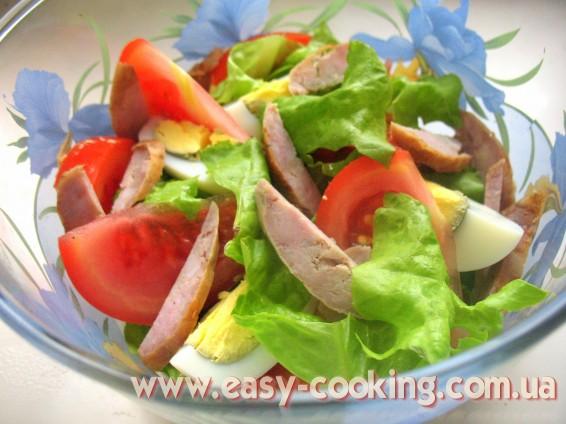 салат с яйцами, помидорами и колбасой