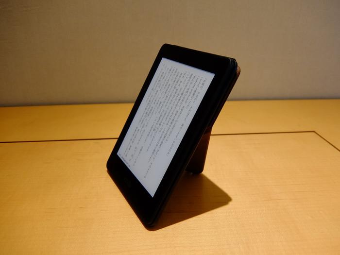 Kindle Voyage + ORIGAMI プレミアムレザーカバー を立てたところ