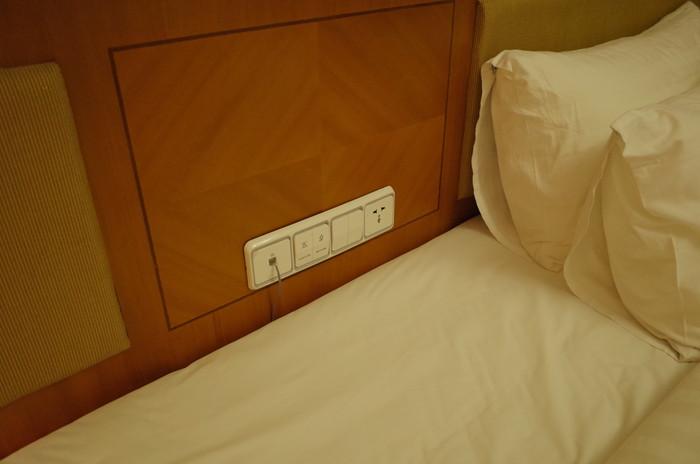 枕を取ると電源コンセントが有る