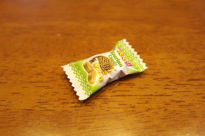 ベトナムで買ったドリアンの飴ちゃんを大袋から出した