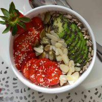 Zdrowe i pyszne śniadanie - prosty przepis na płatki owsiane z truskawkami, awokado, chia i innymi chrupiącymi dodatkami