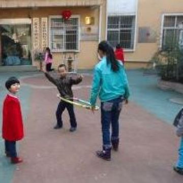 Min-Hui-playing-with-other-children