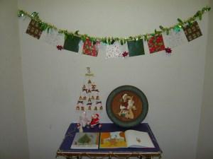 図書室の前には、 クリスマスの本を置いています